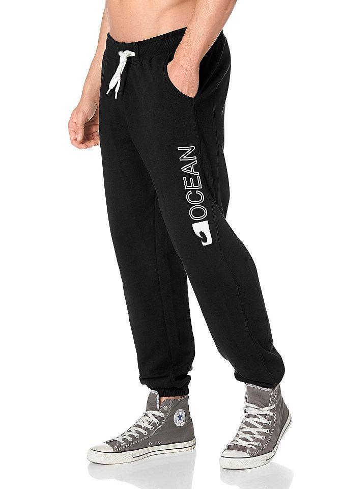 Брюк OttoБрюки<br>Комфортные спортивные брюки с эластичным поясом на шнурке и манжетами по низу брючин. Модель выполнена из мягкого прочного материала, имеет два боковых кармана и вставки из трикотажа в рубчик по бокам. Левая брючина декорирована крупным принтом логотипа. Рекомендуется машинная стирка. Состав: В цвете серый меланж: 90% хлопок, 10% вискоза. В цвете черный: 80% хлопок, 20% полиэстер.<br><br>Size DE: XXL<br>Colour: черный<br>Gender: Мужской<br>Age: Взрослый<br>Material: Верх: 80% хлопок / 20% полиэстер
