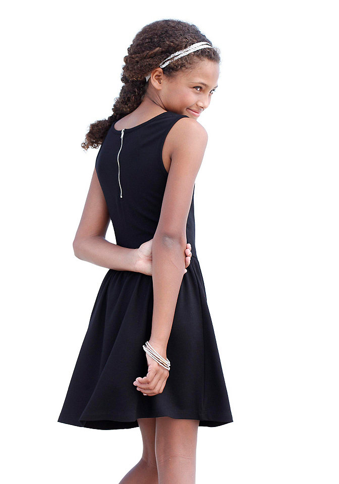 Платье OttoПлатья и юбки<br>Романтичное платье от модного бренда CFL прекрасно впишется в любой детский гардероб. Облегающий топ без рукавов с комфортным круглым вырезом и воздушной юбкой-клеш с декоративными складками создают изящный силуэт. Элегантная молния на спинке добавляет модели динамичности и непринужденности. Мягкая струящаяся ткань с содержанием вискозы позволяет создавать изысканные романтичные комплекты. Рекомендуем комбинировать расклешенное платье с нежными балетками и оригинальным контрастным ободком для создания завершенного кокетливого образа. Платье от CFL – красиво и удобно!<br><br>Size DE: 176<br>Colour: черный<br>Gender: Женский<br>Age: Детский<br>Material: Верх: 67% вискоза / 30% полиэстер / 3% эластан