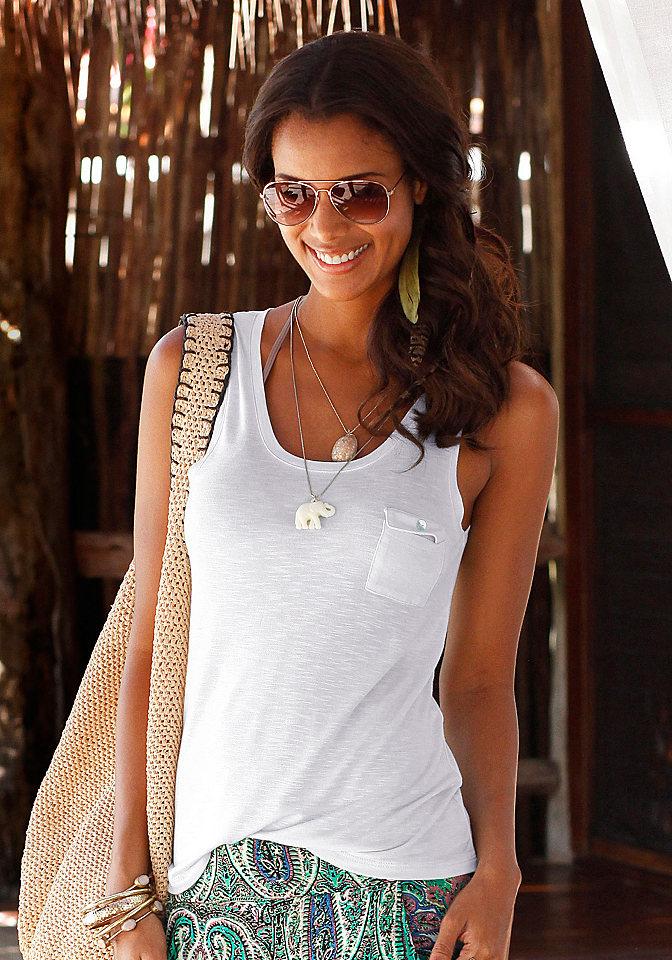 Топ OttoПляжная одежда<br>Женственный топ от бренда s.Oliver – идеальное дополнение к пляжным шортам, летнему купальнику. Модель лаконичного кроя сшита из вискозного светящегося джерси, идеально для знойных дней. Красивую линию декольте изделия создает глубокий скругленный вырез горловины. Добавляет топу стиля, особого шарма маленький накладной нагрудный карман, декоративные ригели с фиксацией на бретелях. Создать элегантный образ поможет сочетание модного топа длиной около 67 см с бикини произвольной расцветки. Дополнить картину поможет широкополая шляпа, яркая бижутерия, удобная обувь, стильная сумка.<br><br>Size DE: 36<br>Colour: белый<br>Gender: Женский<br>Age: Взрослый<br>Material: Верх: 100% вискоза