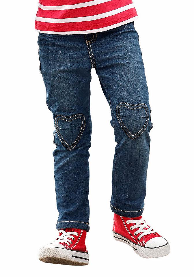 Джинсы OttoБрюки и джинсы<br>Марка Kidoki представила джинсы, которые станут любимой вещью на каждый день для вашей девочки. Узкий фасон на удобном поясе-резинке стандартной высоты (регулируется с изнанки) сидит просто замечательно. Нашивки-сердечки и контрастная строчка на коленях, а также стираный эффект являются стильными декоративными штрихами. 5 карманов (закругленные, 1 для мелочи, накладные) отдают дань классике. Стрейчевый хлопок на подкладке не будет раздражать кожу.<br><br>Size DE: 92<br>Colour: синий<br>Age: Детский<br>Material: Подкладка: 100% хлопок;Верх: 98% хлопок / 2% эластан