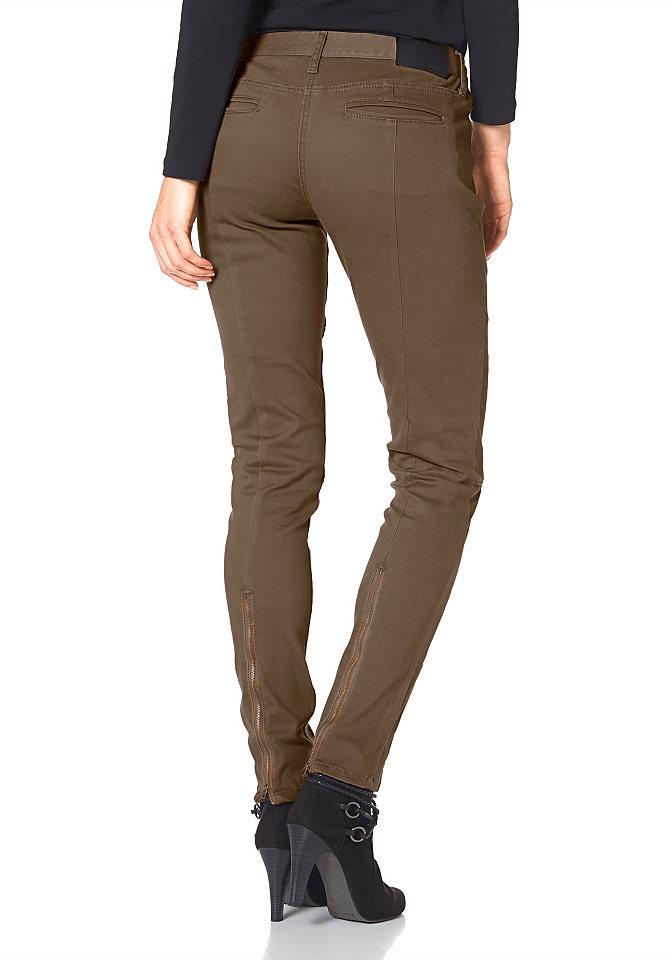 Джинсы OttoДжинсы «дудочки»<br>Модель особенных джинсов представляет молодежный бренд Tamaris. Эти джинсы станут хитом сезона благодаря модным деталям. Динамичности модели придают красивая отстрочка на брючинах и необычная простежка на передних карманах. Благодаря молниям внизу силуэт визуально вытягивается, а расстегнув молнии, можно подвернуть брючины и создать настоящий непринужденный образ. Благодаря эластичному материалу обеспечивается максимальный комфорт, и движения не сковываются. Гармонично вписывается в необычный дизайн модная планка с пуговицами вместо стандартной застежки-молнии. Длина 18 размера около 72,5 см.<br><br>Size DE: 22<br>Colour: естественный<br>Gender: Женский<br>Age: Взрослый<br>Material: Верх: 98% хлопок / 2% эластан