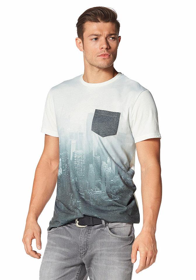 Футболка OttoУличная одежда<br>Для создания стильного повседневного образа не обойтись без футболки от John Devin! Оригинальность принта подчеркнута эффектом деграде, благодаря которому каждая модель становится уникальной. Карман контрастной расцветки на груди дополняет лаконичный фасон с круглым вырезом и короткими рукавами. Узкий крой и одностороннее джерси обеспечивают отличную посадку по фигуре и не вызывают дискомфорта.<br><br>Size DE: XS<br>Colour: белый<br>Gender: Мужской<br>Age: Взрослый<br>Material: Верх: 65% полиэстер / 35% хлопок