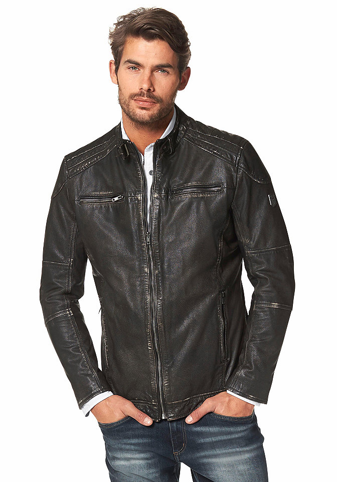 Кожаная куртка OttoКуртки<br>Кожаная куртка - выбор настоящего мужчины. Высококачественная кожа с потертым эффектом, небольшой воротник с регулируемым ригелем, 4 кармана на молнии, металлический логотип на рукаве формируют модный образ. Застегивается на молнию. Стандартный крой прекрасно сидит по фигуре.<br><br>Size DE: XL<br>Colour: черный<br>Gender: Мужской<br>Age: Взрослый<br>Material: Подкладка рукава: 100% полиэстер;Подкладка: 100% хлопок;Верх: 100% кожа (буйвол)