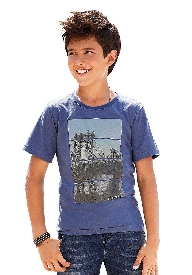 Футболка OttoФутболки и поло<br>Детская хлопковая футболка Arizona - безусловный маст-хэв для кэжуального стиля вашего юного модника. Стандартный прямой фасон с круглой горловиной и короткими рукавами разбавляется крупным принтом Нью-Йорк. Меланжевое джерси с хлопком является гарантом максимального комфорта.<br><br>Size DE: 140<br>Colour: синий<br>Gender: Мужской<br>Age: Детский<br>Material: Верх: 60% хлопок / 40% полиэстер