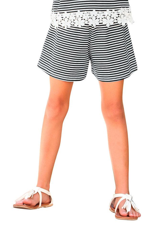 Шорты OttoБрюки и джинсы<br>Шорты в морскую полоску от марки kidsworld - что может быть лучше для разнообразных летних образов? Нежное эластичное джерси из хлопка, не стесняющий движений фасон, слегка заниженный тянущийся пояс - идеальное сочетание для оптимального комфорта. Полосатые шорты для девочек великолепно подойдут для комбинирования с абсолютно любыми топами и футболками! Материал: 95% хлопок, 5% эластан.<br><br>Size DE: 152<br>Colour: разноцветный<br>Age: Детский<br>Material: Верх: 95% хлопок / 5% эластан