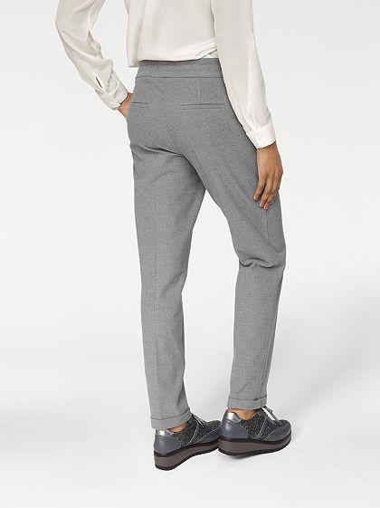 Nohavice so záhybmi v páse